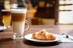Herauf von Kaffee und Hörnchen Stockbild