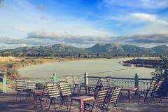 Heraus schauen über dem Fluss von einem Café im Freien Stockbild