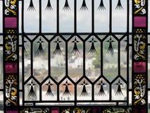 Heraus schauen durch Buntglas-Fenster in Amboise Frankreich Stockfotografie