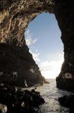 Heraus schauen durch eine Höhle Stockfoto