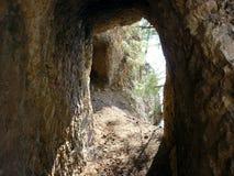 Heraus schauen durch eine Höhle Die schmale Methode Lizenzfreies Stockfoto