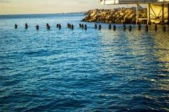Heraus schauen von der Küste über dem tiefen blauen Mittelmeermeer lizenzfreie stockbilder