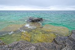 Heraus schauen zum offenen Wasser Stockfoto