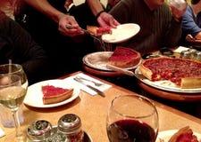 Heraus speisen auf tiefer Tellerpizza Stockfotos