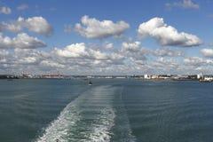 Heraus vorangehen zum solent Blicken in Richtung Southamptons Großbritannien Lizenzfreie Stockfotografie