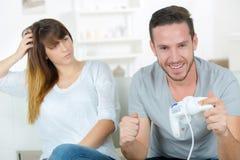Heraus zu Hause kühlen mit Spielkonsole Stockbild
