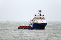 13.02.2014 - Herausforderer AHTS UOS am Schutz in Aberdour-Bucht Lizenzfreie Stockfotografie