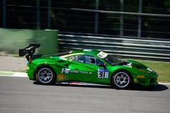 Herausforderung Chrome-Grün-Ferraris 488 in der Aktion Stockfoto
