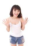 Herausgenommene, glückliche, lächelnde Frau, die Sie oder Kamera betrachtet Lizenzfreie Stockfotos