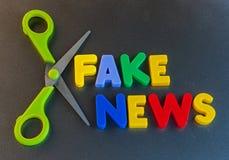 Herausgeschnittene gefälschte Nachrichten Stockbilder