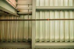Herausgestellte Unterseite der Stahlboden- oder Dachplattform mit Dienstprogrammen und Stockfotografie