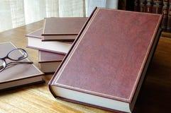 Herausgestellter Satz Bücher auf dem Tisch stockbilder