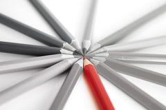 Herausragendes - denken Sie anders als - roter Bleistift Lizenzfreie Stockbilder