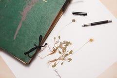 Herbários velhos e novos, coleção de espécimes secados da planta Fotografia de Stock