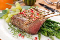Herb Crusted Rack d'agneau Photos libres de droits