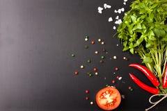 herb czosnków bay kardamonowi liści pieprzowe spice waniliowe rosemary soli basil, czerwony pieprz, sól i rozmaryny na blac, obrazy stock