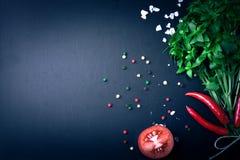 herb czosnków bay kardamonowi liści pieprzowe spice waniliowe rosemary soli basil, czerwony pieprz, sól i rozmaryny na blac, fotografia stock