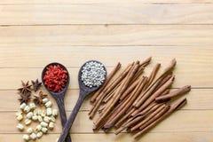 herb czosnków bay kardamonowi liści pieprzowe spice waniliowe rosemary soli Obraz Stock