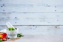 herb czosnków bay kardamonowi liści pieprzowe spice waniliowe rosemary soli Fotografia Royalty Free