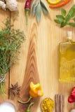 herb czosnk?w bay kardamonowi li?ci pieprzowe spice waniliowe rosemary soli zdjęcie royalty free