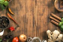 herb czosnk?w bay kardamonowi li?ci pieprzowe spice waniliowe rosemary soli zdjęcia royalty free