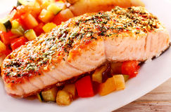 Herb Roasted Salmon Fillet Served auf Bett-Salsa Stockbild