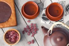 Herbaciana ceremonia, herbata pije z garncarstwem Pojęcie wygodny eveni zdjęcie royalty free