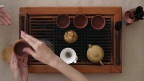 Herbaciana ceremonia, mała filiżanka fragrant herbata na stojaku daje w ręce Odg?rny widok zbiory