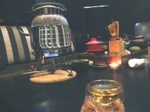 Herbaciana ceremonia, mała szklana filiżanka, herbaciany piwowarstwo lu ty obraz royalty free