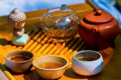 Herbaciana ceremonia Teapot i puchary z Chińską herbatą na drewnianym stole zdjęcia stock