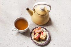 Herbaciana filiżanka, herbaciany garnek i świeżo piec gąbka tort, Obrazy Royalty Free