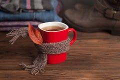 Herbaciana filiżanka nad szalikiem, jesień liściem i setem sezonowy, odziewa fotografia stock