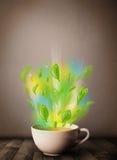 Herbaciana filiżanka z liśćmi i kolorowymi abstrakcjonistycznymi światłami Obraz Royalty Free