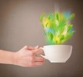 Herbaciana filiżanka z liśćmi i kolorowymi abstrakcjonistycznymi światłami Fotografia Stock