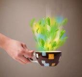 Herbaciana filiżanka z liśćmi i kolorowymi abstrakcjonistycznymi światłami Fotografia Royalty Free