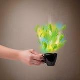 Herbaciana filiżanka z liśćmi i kolorowymi abstrakcjonistycznymi światłami Obrazy Stock