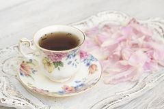 Herbaciana filiżanka z peonia płatkami fotografia royalty free