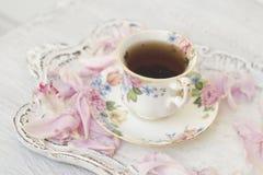 Herbaciana filiżanka z peonia płatkami zdjęcia royalty free