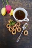 Herbaciana filiżanka, tulipanowy kwiat na drewnianym tle, Zdjęcia Stock