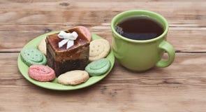 Herbaciana filiżanka z kolorowymi ciastkami Fotografia Stock