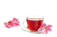 Herbaciana filiżanka z kwiatami obraz stock