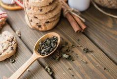 Herbaciana i drewniana łyżka ciastka wiąże wraz z faborkami z cynamonem zdjęcia royalty free