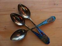 Herbaciane łyżki na drewnianym stole Rękojeść koloru emalia i widok wierza Obrazy Royalty Free