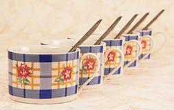 Herbaciane filiżanki z łyżkami. Zdjęcie Royalty Free