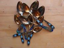 Herbaciane i deserowe łyżki na drewnianym stole Rękojeść koloru emalia i widok wierza Fotografia Stock