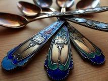 Herbaciane i deserowe łyżki na drewnianym stole Rękojeść koloru emalia i widok wierza retro zbliżenie Fotografia Stock