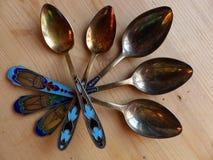 Herbaciane i deserowe łyżki na drewnianym stole Rękojeść koloru emalia i widok wierza retro zbliżenie Zdjęcia Stock