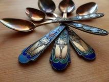 Herbaciane i deserowe łyżki na drewnianym stole Rękojeść koloru emalia i widok wierza retro zbliżenie Obraz Stock