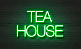 Herbacianego domu neonowy znak na ściana z cegieł tle Zdjęcia Royalty Free