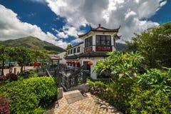 Herbacianego domu powierzchowność w Ngong śwista 360 wiosce na Lantau wyspie w Hong Kong dekoruje z czerwonym Chińskim nowym roki fotografia stock